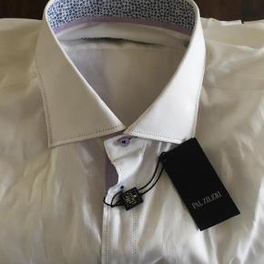 Brand: Pal Zileri Varetype: Langærmet Størrelse: 43 Farve: Hvid Prisen angivet er inklusiv forsendelse.  Hvid let skjorte sælges. Aldrig brugt.  300 inkl forsendelse med DAO.