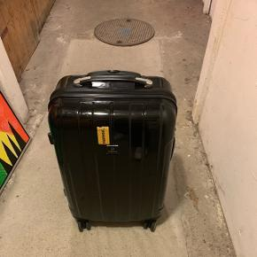 Kuffert brugt 3 gange. Stor kuffert  Ny pris 1200kr