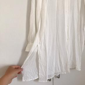 Lang, hvid skjorte. Kun brugt 1 gang. Passes så fint af en M/L, købte den selv så den var lidt oversize. 🌸♻️