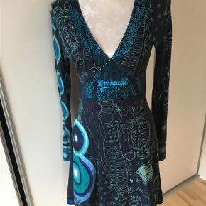 Varetype: Smuk langærmet kjole fra Desigual Farve: Blå  Smuk langærmet kjole fra Desigual. Vaskemærke er desværre klippet af.