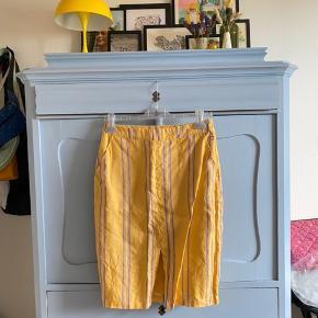 Tætsiddende nederdel fra Mint&Berry. 100% hør udenpå og 100% bomuld indeni