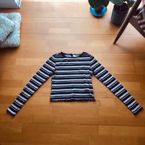 Cropped stribet trøje i mørkeblå, rød og sandfarve Fra røgfrit hjem😇
