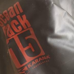 Drybag (15L) fra Karana. Fortsat i fin stand, så er intakt uden huller el. lign. Perfekt til festival eller stranden.
