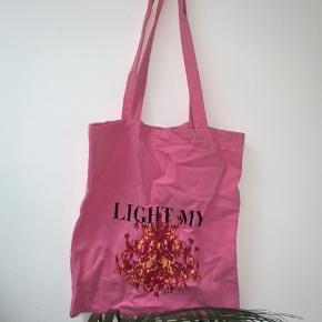 Pink taske fra NA-KD, næsten ikke brugt (skal bare stryges) - sælges for 50kr✨