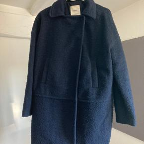 Jakke fra Mango i mørkeblå, god til vinter hvor man sagtens kan have en tyk strik indenunder. Der er to lommer foran på jakken. Passes af en small/ medium da pasformen på jakken er Loose.