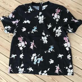 Varetype: bluse top Farve: sort Oprindelig købspris: 350 kr. Prisen angivet er inklusiv forsendelse.  Rigtig fin top til det hele. Skøn kvalitet med lidt stræk i brugt 1 time.