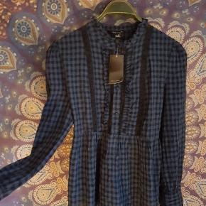 Feminen skovmandskjorte med broderede victorianske paneler og flot fald. Ubrugt med prismærke.  Vicose og bomuld. Byd.