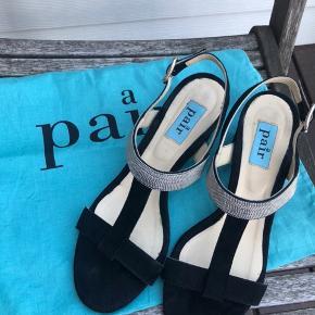 Et par virkelig skønne APair-sandaler - skind overalt - str 40 Ses kun under bunden, at de har været brugt et par gange   Hælhøjden er 7,5 cm  Nyprisen var omkring 2000 kr   Sender gerne flere billeder, hvis det har interesse.