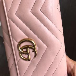 Gucci marmont 2.0 wallet i perf-pink, købt i maj 2017 i butikken på strøget, en smule slid som ses på billederne bla. i hjørnerne...alt medfølger.. nypris 4400 kr😊Bytter ikke