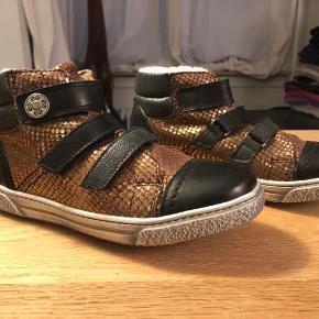 Helt nye lækre uldfoeret støvle sneakers str 35 måler 23,5 cm indvendig med lækker stød absorberende sål til den aktive pige  Min datter fik dem aldrig brugt da vi glemte dem i skabet 🙈   Aldrig brugt eller prøvet np 900 kr