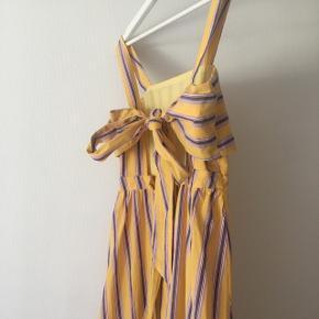 Maxi-kjole fra ASOS, brugt 1 gang i nogle timer, sælges ikke af lyst men af nød ://  Bindestropper på ryg som sød detalje Købt for 400kr