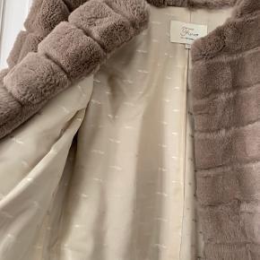 Smukkeste pels i Beige farve brugt ca 3 gange fremstår som ny . Alle hægter indtagte .  Rex kanin der ej fælder og ekstra slidstærk . Også dyrere i pris .  Str 36 . Str svarende jeg er selv en S og kan godt ha en strik indenunder . Ikke ryger hjem - bytter ikke   Ikke muligt at komme og bese samt prøve  Sender kun med dao   Ny pris omk 3000 kr  Mp 1800 kr