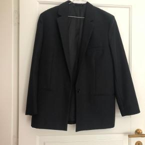 Jeg sælger den her fine oversize blazer fra & Other Stories. Den er i 87% uld og 13% mohair. Den er brugt max 3 gange. Sælger da den desværre ikke passer mig og er for stor ⭐️