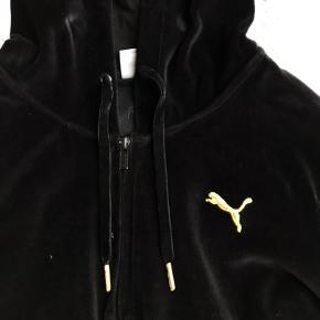 Velour puma trøje i sort, størrelse 13 år.