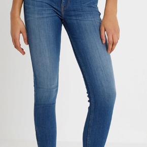 Er åben for andre bud!  👖Lee jeans  👚Model: Scarlett cropped  🧵Str. W31 L33  💵Ny pris: 759 kr  ☝️Byd - er åben for andre bud  📦 Køber betaler fragt