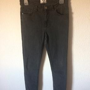 Acne studios - jeans Str. 29/32 Næsten som ny (lille hul ved bælte strop (se billede)) Farve: sort Lavet af: 92% cotton, 5% polyester og 3% elasthane Style: skin 5 used Black Mål: Livvidde: 76 cm hele vejen rundt Længde: Ydre: 94 cm Indre: 70 cm Køber betaler Porto!  >ER ÅBEN FOR BUD<  •Se også mine andre annoncer•  BYTTER IKKE!