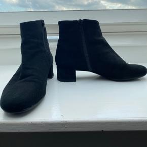 """Flot """" chanel"""" lignede støvlette, brugt 1 gang.... sælges kun fordi jeg er blevet opereret i foden... Bytter ikke og ts salg plus gebyr"""