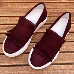 """Helt nye Billi Bi sneakers. Farven hedder grape, og de kommer i originalæsken.   Blot til info, ser den ene gummisål mere """"slidt"""" ud end den anden nedenunder, fordi den er købt som udstillingsmodel.   Skoene koster 899,- for nye."""