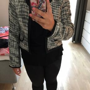 Kort jakke. Str. M = 46/48. Længde: 50 cm. Rygmål: 55 cm.