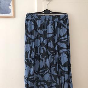 Fin og blød nederdel fra ganni med slids i begge sider.  God men brugt. Sælges billigt.