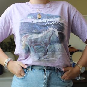 Fed lilla t-shirt med heste motiv