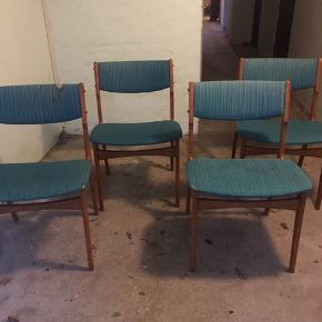 4 stk teak stole. Der trænger til en kærlig hånd, heraf prisen. Samlet pris 500 kr.