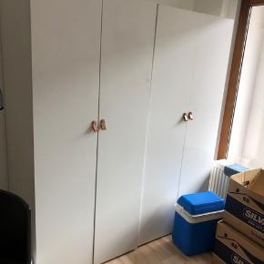 Sælger to skabe B:80 cm H: 180cm D: ca50/60 cm  Ikeas PLATSA system, med Östernäs greb. En for 150kr, begge to for 250kr! Kan hjælpe med at bære💪🏻😊