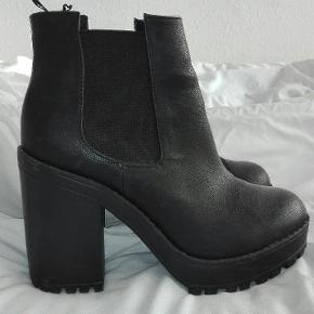 • Virkelig lækre boots købt i H&M. • De er brugt få gange, derfor er der ingen tegn på slid.  🌸 Afhentes på Amager eller København. Sender ikke.