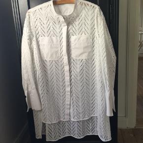 Moa skjorte i str 36. Stor i str og passer også fint str 38/40. Brugt 2 gange. Er i butikkerne nu til 1999,- Pris 700,- pp Bytter ikke.
