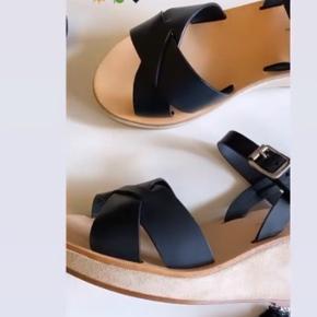 Sælger de skønneste sandaler fra APC som er købt ved MoshiMoshiforaltid til 2599,- Har kun haft sandalen på 1 time til min søns dimission. Så de er som nye. Sandalen er en helt normal str 38 og sidder perfekt på. Sælger dem kun fordi jeg er mere til flade sandaler. Sælger kun hvis den rette pris kommer. Køber betaler fragt. Se venligst mine andre annoncer🌸 BYTTER IKKE. Fast pris!!!!!