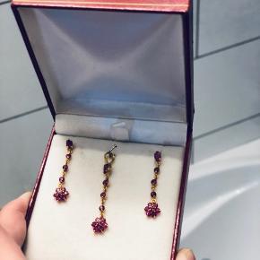 Skønne sæt med øreringer i 14k guld og rubiner.