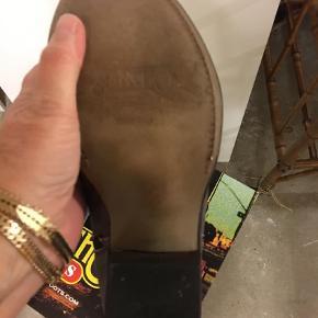Varetype: Cowboystøvler Farve: Lavendel Oprindelig købspris: 3000 kr.  Superfede luksusboots med broderi og håndlavet lædersål. Helt nye, i flot lavendel/grå farve med broderier . Virkelig en kvalitets støvle