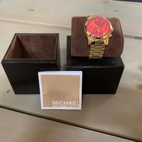 Har dette flotte Michael kors ur som desværre kun står i mit skab.  Det er meget lidt brugt. Og fremstår som nyt. Model Runway Rosa/gul guldtendens stål ø 38mm model mk5939 Original kasse medfølger.