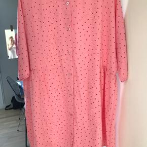 Flot oversize kjole med 3/4 ærmer.  82 cm lang og 60 cm over brystet.  100 % polyester.  Prikkerne er røde.