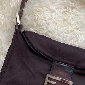 Super flot fendi taske i en lækker farve