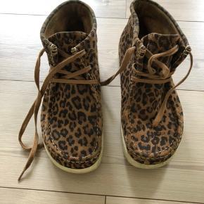 Nature leopard støvler i ruskind. Har lidt slid, men er i ret pæn stand. Køber betaler fragt