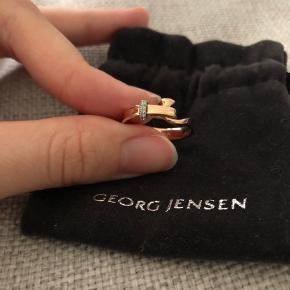 """George Jensen """"Torun Ring""""  i 18 Karat rosaguld med diamanter💍 Nypris 10.000kr   Ringen er en størrelse 53, men grundet ringetypen er lille i størrelsen, svarer det til en str.52 - som er den mest almene ringstørrelse til ringfinger.   Smuk ring fra George Jensen, med sin del af brugsspor, men kan pudses op.   Desværre medfølger originalkvittering ikke, eftersom det var en gave. Men det er muligt at få ringen verificeret i George Jensen butikken i Aarhus. Den er dog mærket med GJ indvendigt. 😊"""