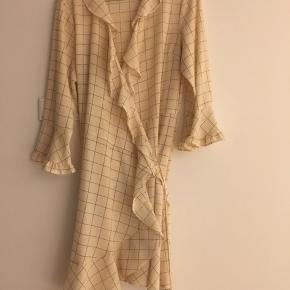 Sælger denne fine slåom kjole fra Stella Nova i BEIGE nuance  Størrelsen er Small/ 36  Beige nuance med mørkeblå terne  Brugt få gange - pæn i standen   Mål: se billede
