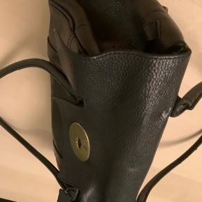 Fin klassisk Bayswater taske med guld hardware. Har patina men gør ikke spor - er stadig rigtig smuk. Flere billeder haves.  Højde 16 cm Bredde 32 cm Dybde 14 cm