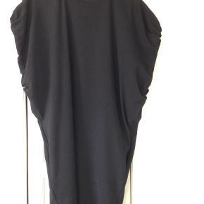 Varetype: kjole Farve: Sort Oprindelig købspris: 2000 kr.  Super flot kjole - den er løs foroven og strammere nederst.