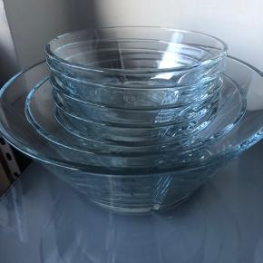 7 skåle; 1 stor  1 mellem 3 små (den ene har et lille skår i kanten)  Pris er for det hele, men kan også købes separat