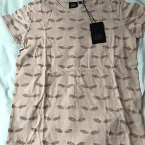 Flot ny t-shirt, som min datter ikke fik brugt, str 164. Ny med mærke - nypris kr 299.   Mp 150pp