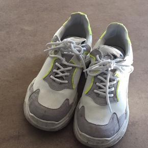 Helt nye sko, kun gået med 3 gange. Jeg skal nok lige gøre dem pæne og rene inden jeg sender ;) Nypris 290kr