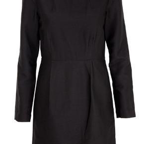 Farven hedder unblack. Kjolen er i 60 % uld og 40 % silke.  Underkjole i polyester og elastane. Længde 85,5 cm. Brystmål 49 cm. Talje 44 cm. Hofte mål ca 52 cm (kommer an på hvor stramt den skal sidde)   GRATIS FRAGT VIA TS I DAG 11/3