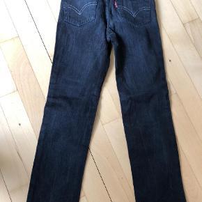 Brand: Levi's Varetype: Jeans Størrelse: 6år Farve: Sort Oprindelig købspris: 700 kr.  Rigtig lækre jeans med mulighed for at indstille i livet. Brugt to gange.