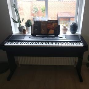 """Super fint elektrisk klaver (Yamaha DGX-650) så godt som ny. Klaveret er 4 år gammelt, men er blevet spillet på under 10 gange. Det fungerer præcis som da vi købte det - og med i prisen er der en fodpedal samt instruktionsbog og """"Spil klaver 1"""". Ny pris: 6000kr Kom eventuelt med et bud :-D"""