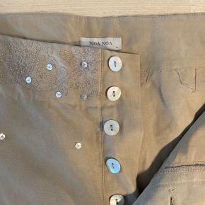 Fin hør/silkebuks med fine syninger og pailletter i linningen - med vidde og str. L. Aldrig brugt og fra røgfrit hjem 😊