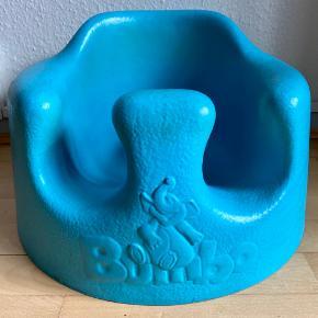 Turkis/blå Bumbo Babysitter er en praktisk babystol, der gør at barnet kan interagere med sine omgivelser. Støtter barnet og er ergonomisk tilpasset efter små børns rygge. Stolen er nem at rengøre og  Et praktisk babysæde som kan bruges på gulvet til de mindste, når de kan sidde selv. Skumplastmaterialet er slidstærkt, let at tørre af og gør at stolen kan bruges både udendørs og indendørs. Let at bære og flytte rundt.  Anbefalet alder: Fra 3 måneder, eller når baby kan holde hovedet oprejst selv.   Mål: B37 x H23 x L37, Ø35 cm. Vægt: 1,2 kg.   Butikspris 379 kr. Sælges kun 99 kr. Kun brugt få gange.  Hentes i 8240 Risskov eller kan sendes/leveres til Herning, København.