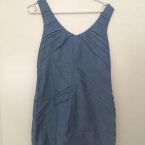 Kort kjole med fine draperede detaljer og lynlås bagpå. Str. 36. Brugt én gang. (Shell: 100% cotton. Lining: 100%)