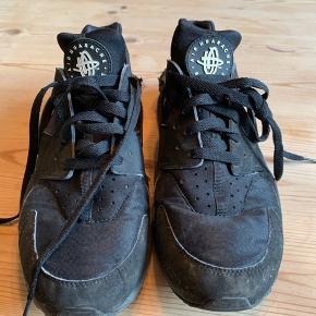 Sælger disse fede Nike Huarache sko billigt. Fin stand - nypris 1100,-. Kunne godt trænge til en vask men ellers i Ok stand :) Str 45 men fitter 44!